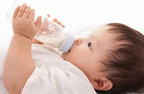 Bí quyết bảo quản sữa mẹ trong tủ lạnh cho bé